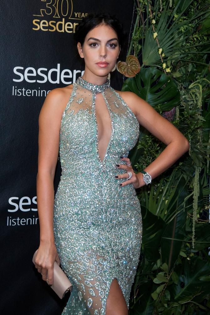 Georgina blistala u uskoj haljini