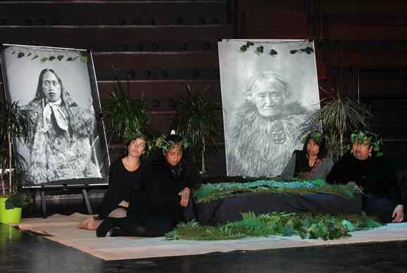 Ceremonija predavanja maorskih glava Novom Zelandu.
