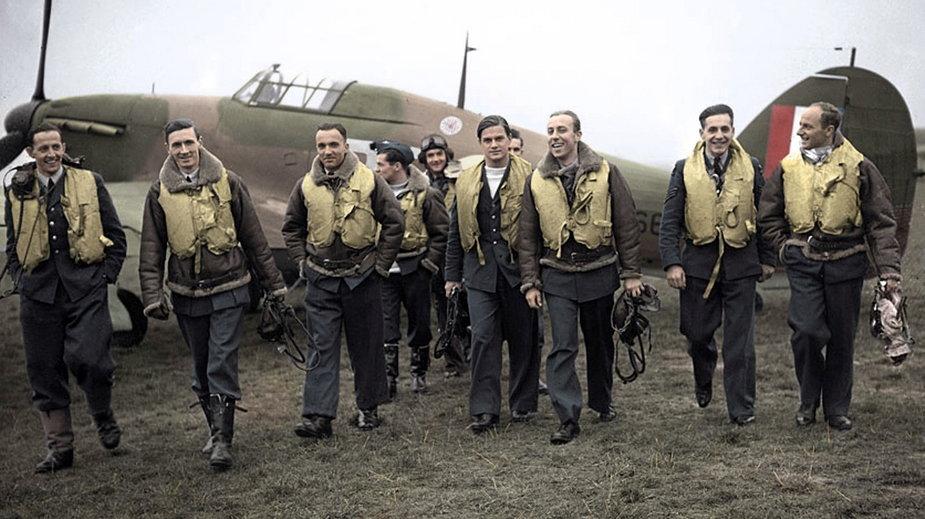 Piloci Dywizjonu 303. Od lewej: Ferić, Kent, Grzeszczak, Radomski, Zumbach, Łukuciewski, Henneberg, Rogowski, Szaposznikow (1940, domena publiczna).