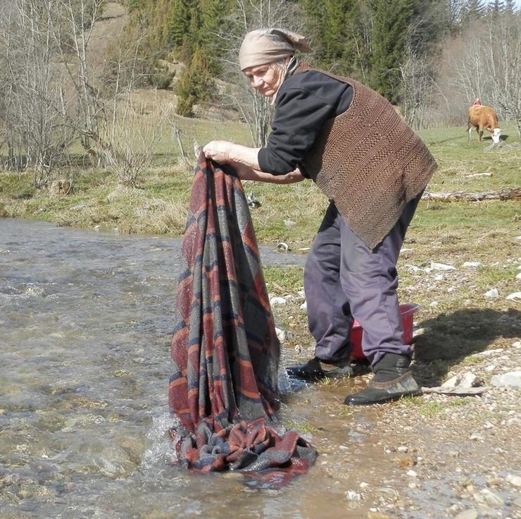 JEPOLJE 02 Zivka Vujasevic iz Aljinovica stara 78 godina ceo zivot pere ves rucno na planinskom potoku foto zeljko dulanovic