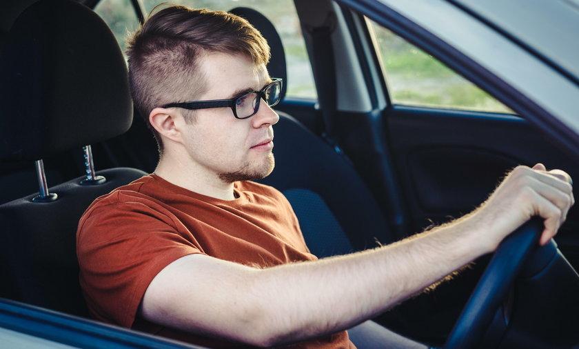 Mężczyzna, samochód, niezapięte pasy