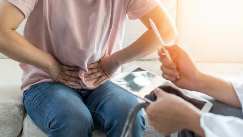 Pacjent z bólem brzucha u lekarza. Wizyta lekarska