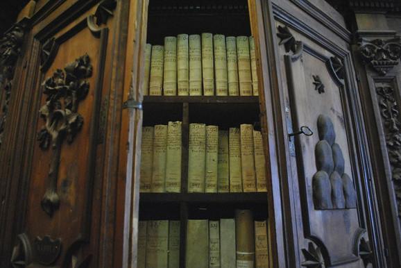 Iako Holivud vatikansku arhivu prikazuje kao čudo tehnike, metode čuvanja neprocenjivih dokumenata veoma su tradicionalne