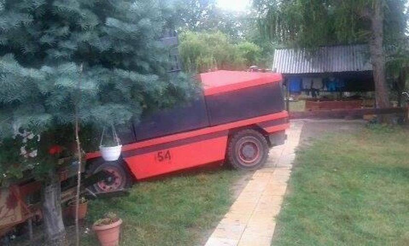15-latek wjechał wózkiem widłowym w dom