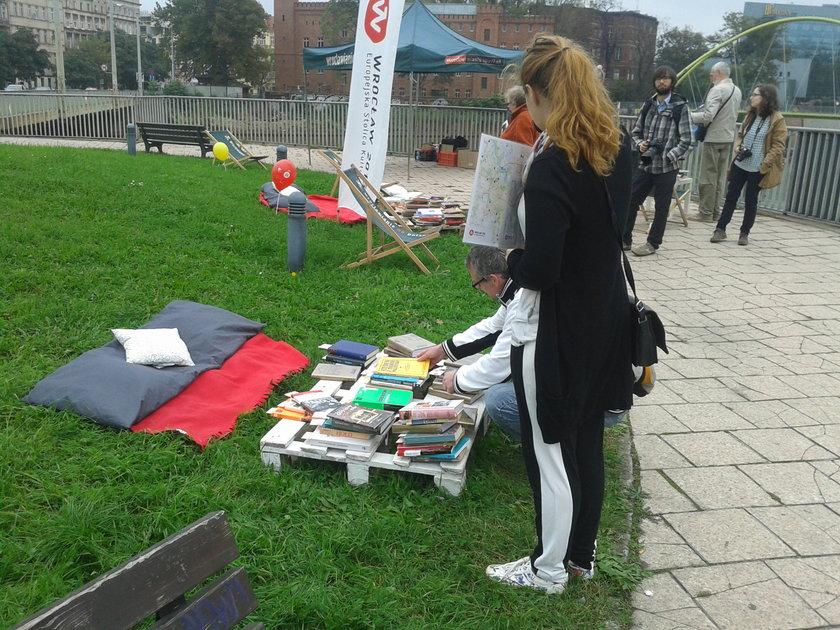 Czytelnia plenerowa na Moście Uniwersyteckim we Wrocławiu