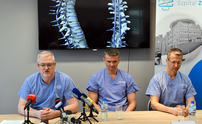 Neurochirurg Paweł Małasiak (L), ortopeda dr n. med. Sławomir Zacha (C), neurochirurg dr hab. n. med., prof. PUM Leszek Sagan (P)