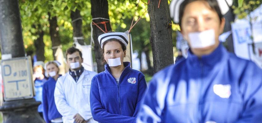 Cichy strajk Białego Miasteczka. Medycy protestowali z zaklejonymi ustami