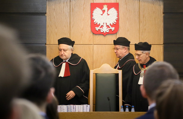 Sędziowie TK - przewodniczący rozprawie Stanisław Rymar, sprawozdawca Andrzej Wróbel oraz prezes TK prof. Andrzej Rzepliński na sali rozpraw