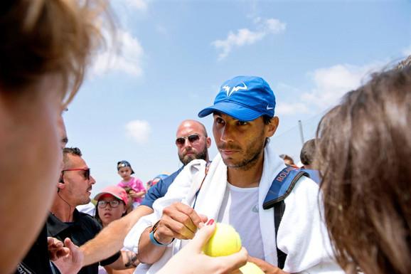 Rafael Nadal pred trening na terenima Vimbldona