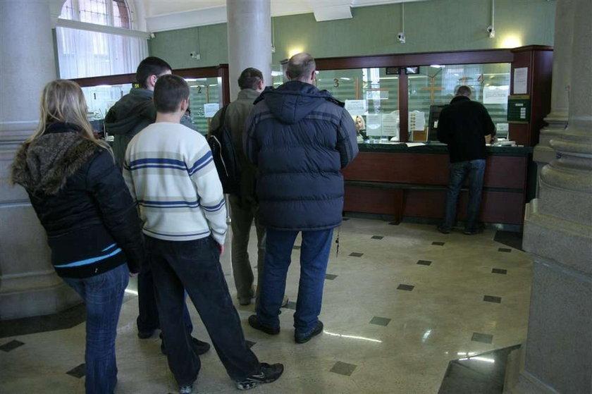 Polacy podzieleni między bankowość internetową a tradycyjną