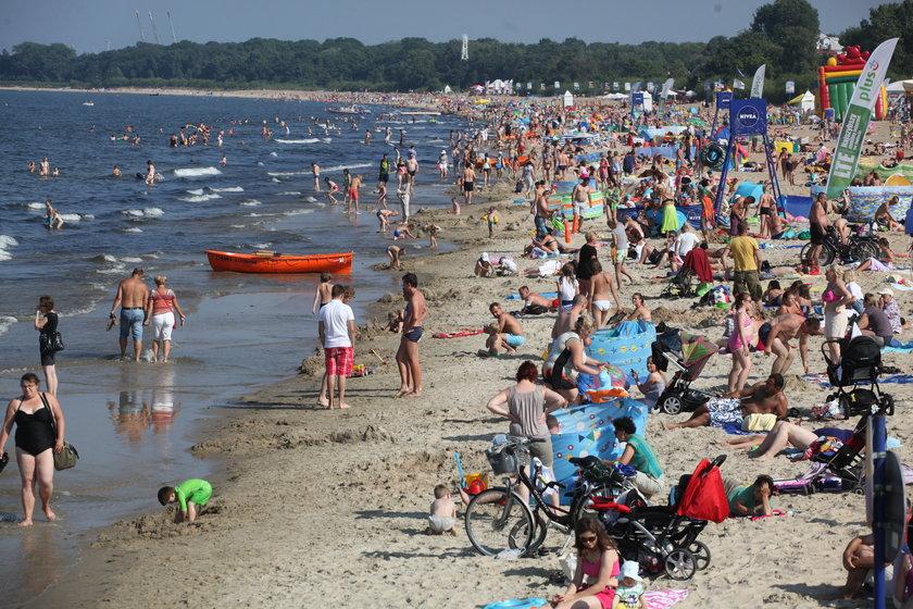 Plaża w Gdańsku Brzeźnie pełna ludzi