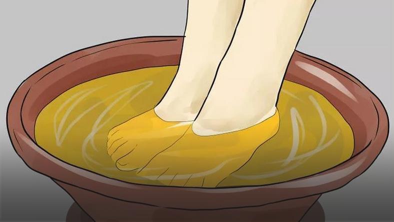 Wlejcie ocet jabłkowy do miski i zamoczcie w nim stopy