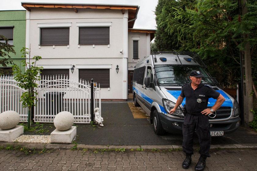 Policjant przed domem