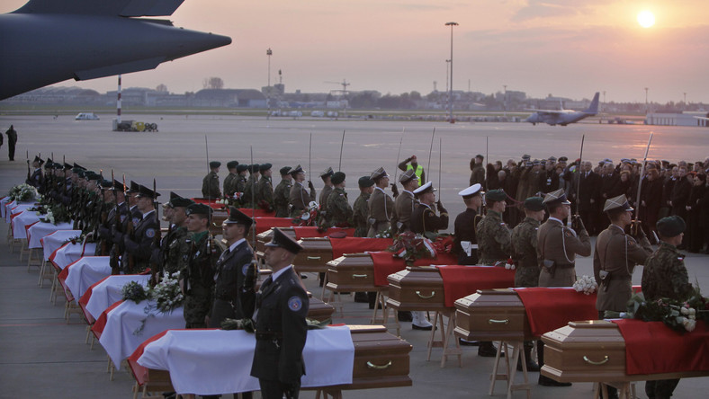 Trumny z ciałami ofiar katastrofy