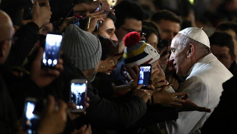 Papież spotkał się z wiernymi koło szopki na placu Świętego Piotra