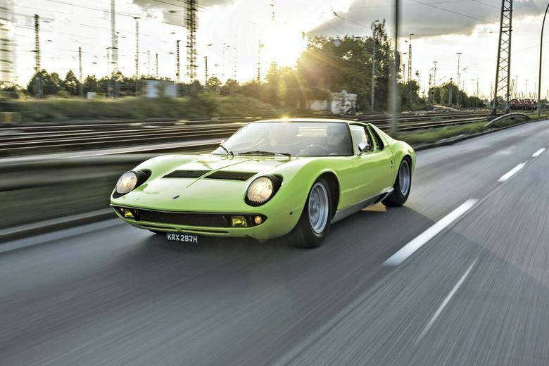 Przed Miurą centralnie umieszczony silnik napędzał m.in. Forda GT40 i Matrę Djet. Poprzecznie umieszczone V12 było tylko w Miurze. Lamborghini chwaliło się tym rozwiązaniem, prezentując na salonie w Turynie w 1965 r. samo podwozie z silnikiem i ramą, bez karoserii.