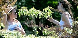 Herbuś niczym rusałka w ogrodzie