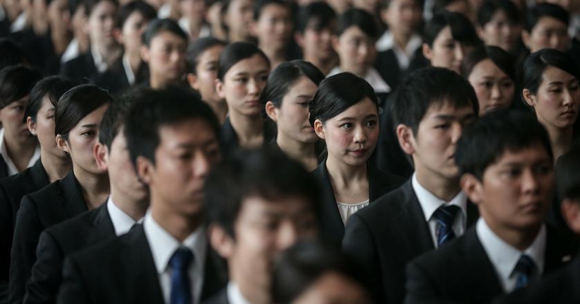"""Tryb pracy wielu Japończyków jest tak intensywny, że już w latach 70. alarmowano o rozpowszechnianiu się """"karoshi"""", czyli śmierci z przepracowania"""