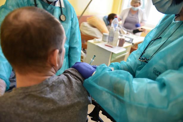 Jak wylicza rząd, do końca marca będzie można zaszczepić 5,5 mln osób, z czego większość tylko pierwszą dawką