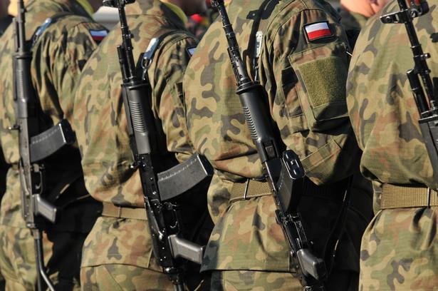 Projekt zakłada także obniżenie emerytur byłym członkom Wojskowej Rady Ocalenia Narodowego.Żołnierz