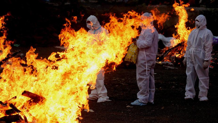 Palenie ciał zmarłych na koronawirusa w Indiach