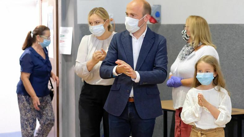 Borys Budka z rodziną w lokalu wyborczym