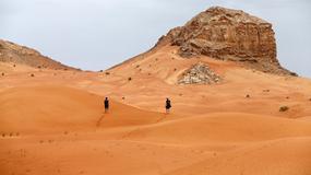 """Drony w Dubaju będą """"łapać"""" ludzi zostawiających śmieci na pustyni"""