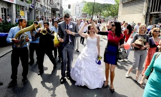 Ilustracija: Mladenci na kolektivnom venčanju u Beogradu