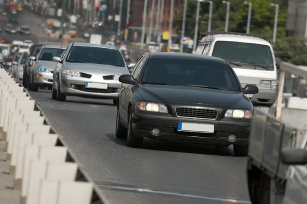 Policja drogowa poinformowała, że aresztowała 133 osoby pod zarzutem kradzieży aut, a zarzuty postawiono ponad 473.