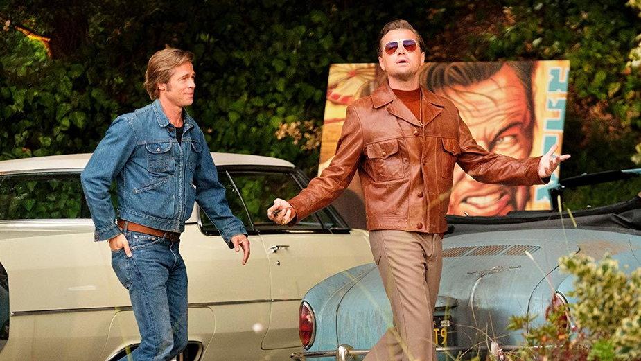 """""""Pewnego razu... w Hollywood"""" - kadr z filmu. Na zdjęciu: Brad Pitt i Leonardo DiCaprio"""
