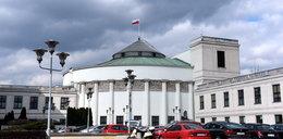 Samochód TVP odholowany spod gmachu Sejmu. Powód? [FILM]