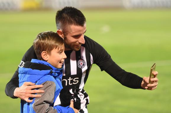 Zoran Tošić sa mladim navijačem