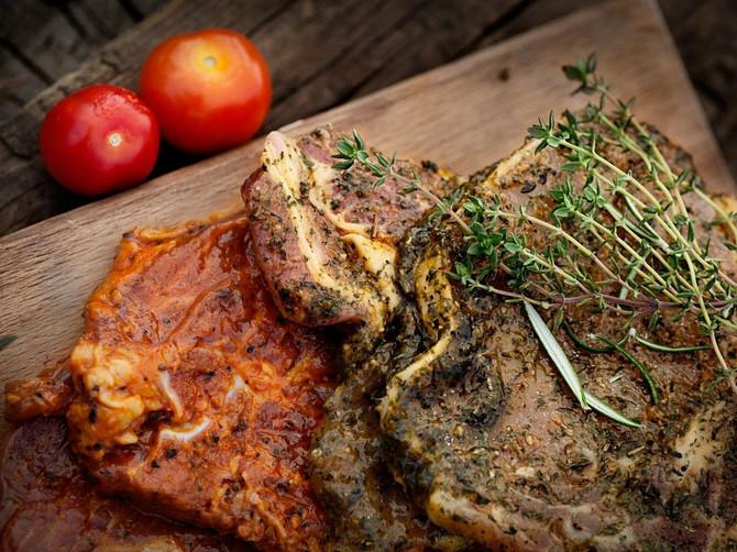 Najbolji KULINARSKI TRIK za savršeno sočno meso: Pre pečenja uradite OVO, i nikada neće biti žilavo ili suvo!