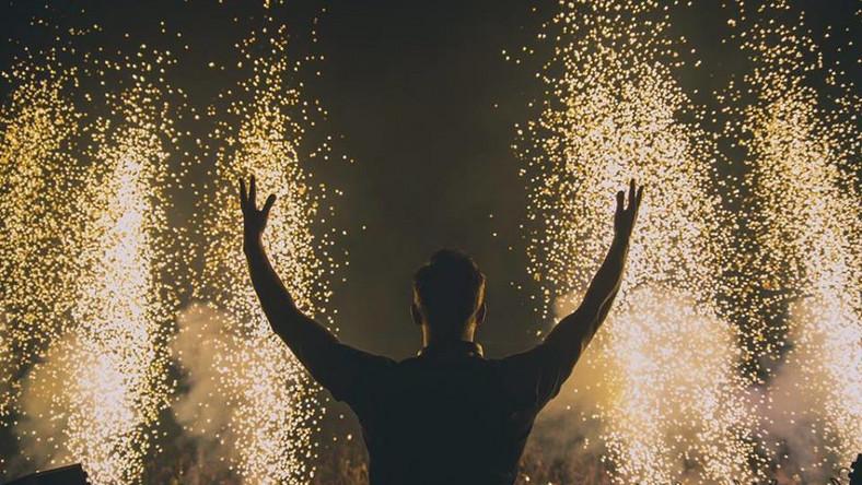 Tyle samo Harris miał na swoim koncie rok wcześniej, ustanawiając rekord zarobków wśród DJ-ów. Nieco gorszymi dochodami mogą pochwalić się David Guetta i Tiësto, na których konta w ostatnim roku wpłynęło odpowiednio 37 i 36 milionów dolarów. Oto lista najlepiej zarabiających DJ-ów: