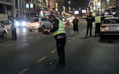 Policija na licu mesta meri tragove kočenja