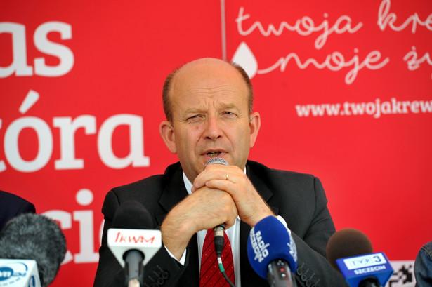 Minister zdrowia Konstanty Radziwiłł w trakcie konferencji prasowej podczas imprezy plenerowej Trasa Czerwonej Nitki na Wałach Chrobrego w Szczecinie.