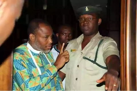Nnamdi Kanu arguing with a prison warden in Abuja during his trial (Punch)