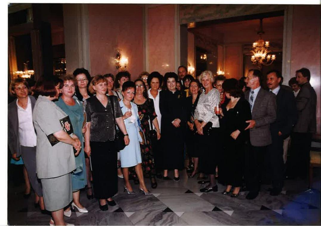 Agnieszka Pysz wraz z pracownikami NBP, w środku ówczesna dyrektor Hanna Gronkiewicz-Waltz