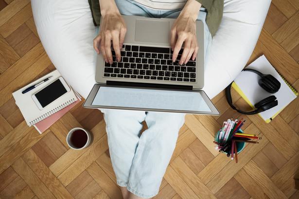 Firmy będą tworzyć uniwersalne oceny ryzyka zawodowego przy pracy z domu. To ułatwienie przy zachowaniu zasad bezpieczeństwa.