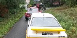 Polak przerwał traktorem słynny rajd. Myślał, że jest nielegalny
