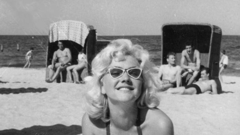 W czasach szarej komuny, nadbałtyckie kurorty tętniły życiem! Mężczyźni prężyli muskuły, a kobiety prezentowały swoje wdzięki w seksownych (jak na tamte czasy) strojach kąpielowych lub zupełnie nago, biorąc udział w wyborach Miss Natury PRL... Zobacz jak plażowali Polacy w PRL-u!