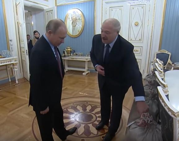 Lukašenko dao džak krompira Putinu kao poklon za praznike