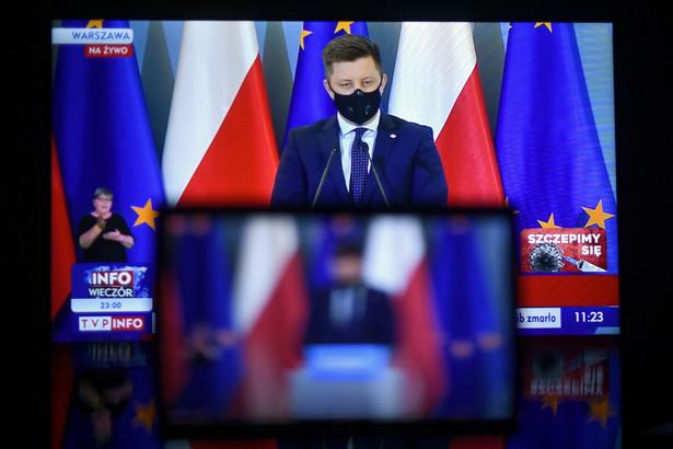 Szef KRPM Michał Dworczyk podczas konferencji prasowej transmitowanej z siedziby KPRM w Warszawie