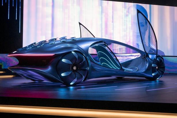"""To wyposażone w napęd elektryczny auto ma w pełni nadający się do recyklingu akumulator. Rewolucyjna technologia akumulatorów oparta jest na ogniwach organicznych na bazie grafenu, całkowicie wolnych od metali rzadkich oraz metali szlachetnych. Materiały, z których wykonano akumulator, nadają się do kompostowania. Nowy Mercedes posiada system """"bocznego ruchu kraba"""". Nie ma natomiast miejsca dla kierowcy. Zamiast tego, w pojeździe przewidywana jest funkcja kontroli biometrycznej, która """"pozwala na połączenie człowieka i maszyny""""."""