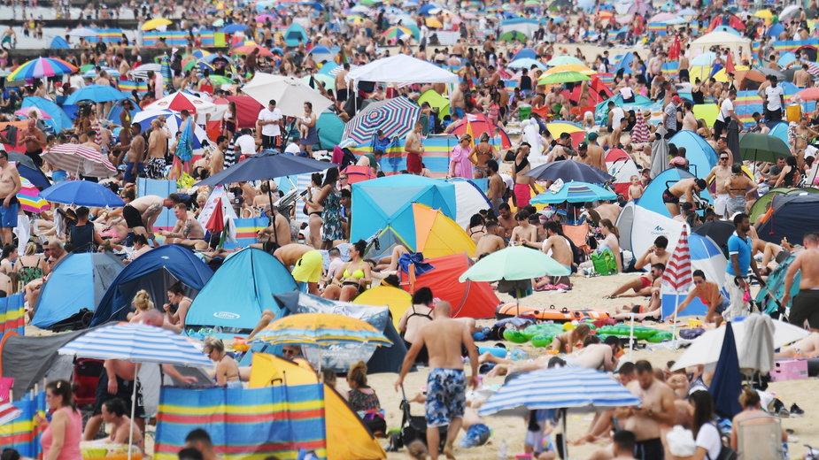 Plaże są pełne ludzi nie tylko w Polsce. W niektórych krajach jest nawet gorzej