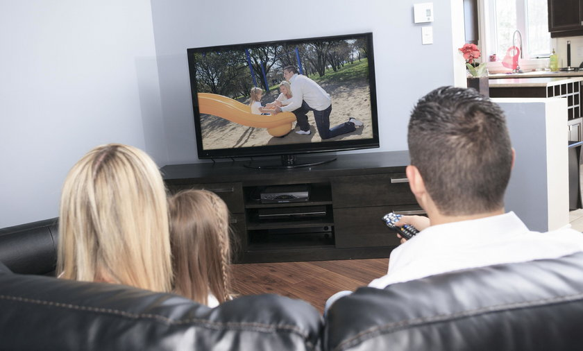 rodzina przed telewizorem