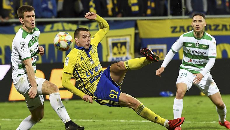 Piłkarz Arki Gdynia Aleksandyr Kolew (C) oraz Michał Nalepa (L) i Jakub Arak (P) z Lechii Gdańsk podczas meczu Ekstraklasy