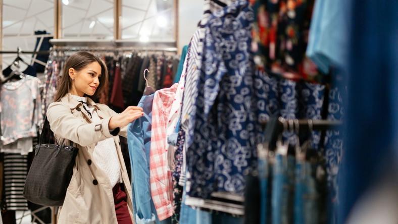 Kobieta kupuje ubrania