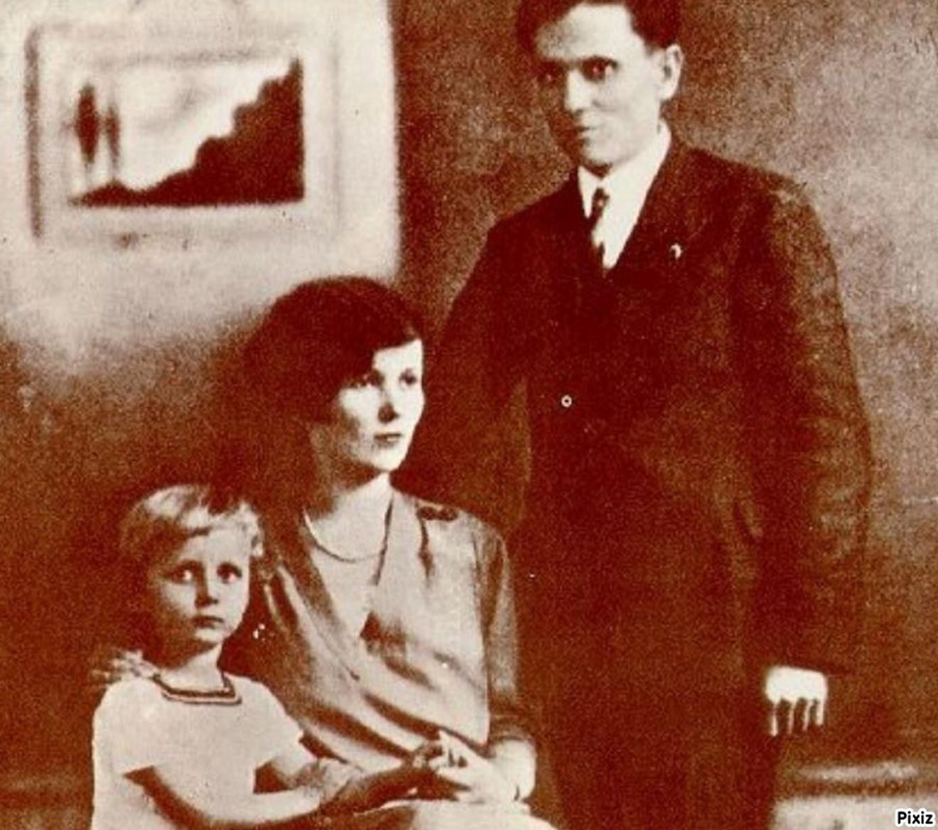 Tito sa prvom suprugom Pelagijom Denisovnom Belousovom i njihovim sinom Žarkom