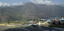 Polacy koczują na lotnisku w... Nepalu!